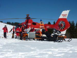 Vrtulník na sjezdovce odváží zraněného